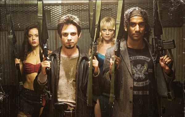 Critiques de films de zombies/contaminés Planet_terror_still